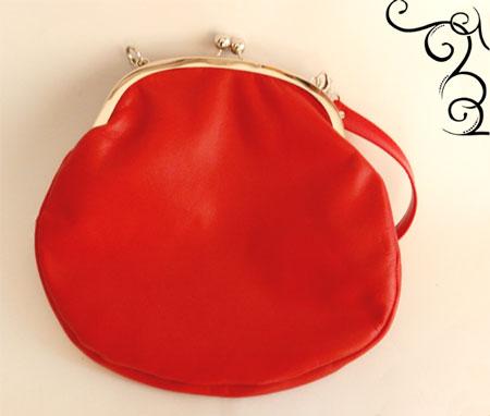 Metallikehyslaukku punainen nahkaa. Kotimaista käsityötä
